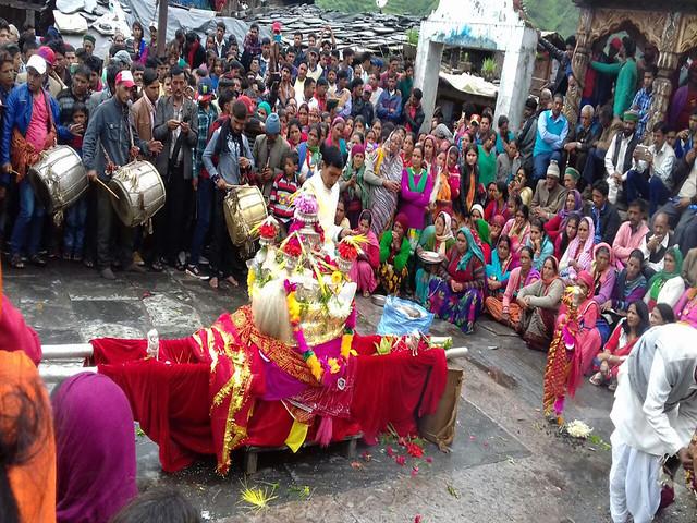 गंगनाणी कुंड की पूजा करने के लिये एकत्रित ग्रामीण