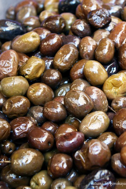 Ассорти из оливок разного цвета