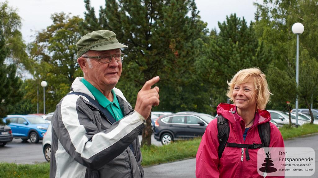 Daniela Trauthwein lauscht Willi Lehmann, Hauptwegewart vom Rennsteigverein.