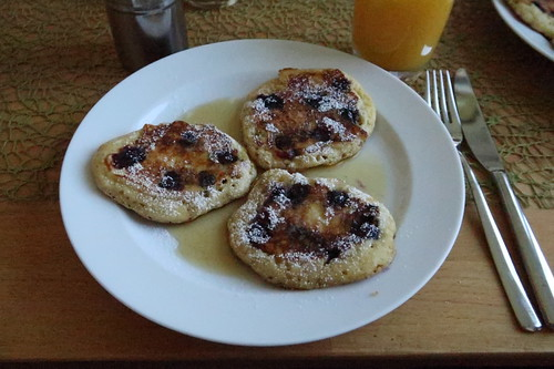 Blaubeer-Pancakes mit Ahornsirup und Puderzucker