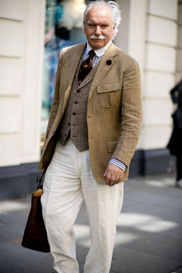 ベージュテーラードジャケット×クレリックシャツ×ブラウン小紋タイ×ライトブランジレ×白パンツ