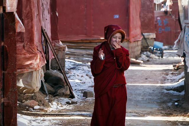 Shyly smiling young nun in Yarchen Gar アチェンガルゴンパ 恥ずかしそうな笑顔の若い尼僧