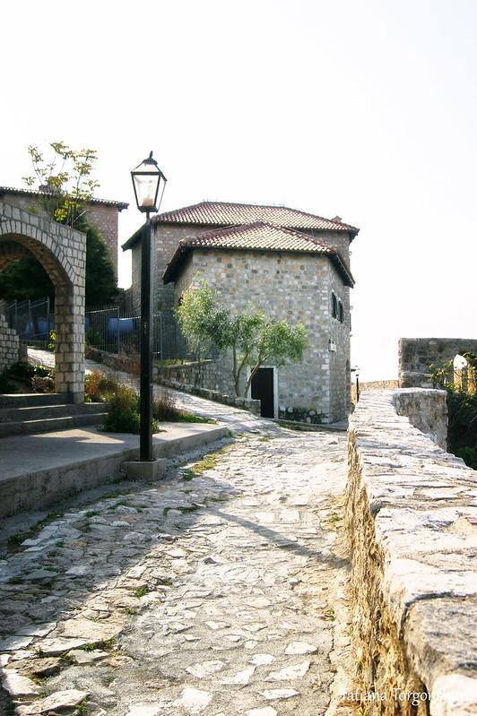 Улица, проходящая вдоль крепостной стены