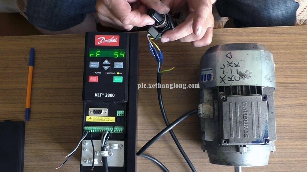 Điều chỉnh tốc độ biến tần Danfoss VLT 2800 bằng biến trở ngoài