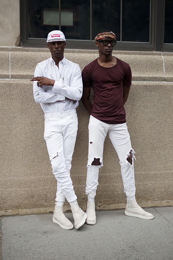 白Supremeキャップ×白シャツ×白パンツ×白サイドゴアスニーカー