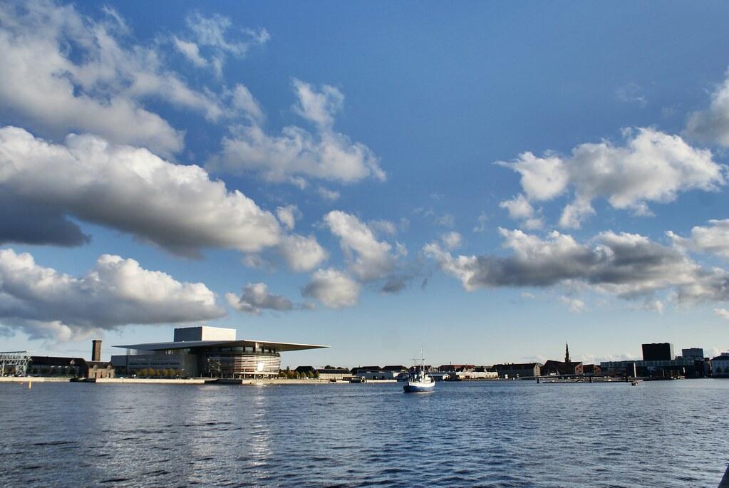 Vue sur l'opéra de Copenhague dans le port de la ville.