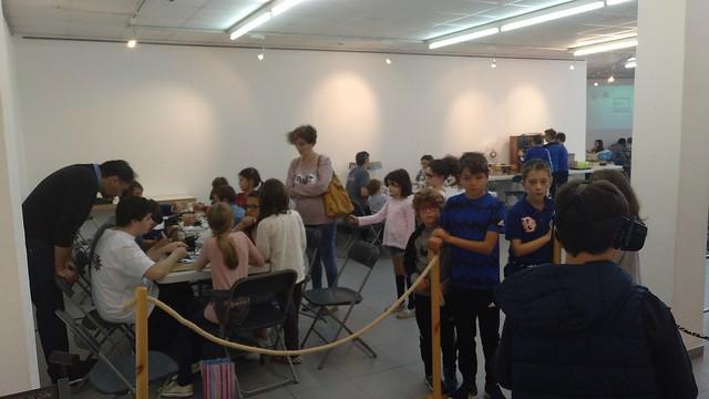 A exposición tecnolóxica de Amigus Labs atraeu a moitas persoas curiosas e con ganas de aprender ao Mercado Vello