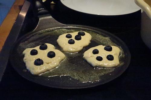 Blaubeer-Pancakes (noch in der Pfanne)