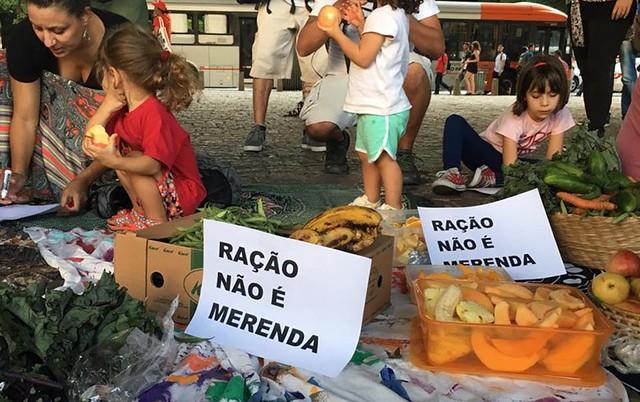 """Mães e crianças no vão do Masp: """"Queremos merenda saudável e não restos de comidas que estão para vencer"""" - Créditos: Reprodução/Facebook"""