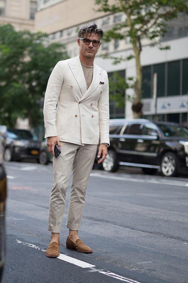 白ダブルジャケット×ベージュTシャツ×ベージュスラックス×ライトブラウンスエードコインローファー