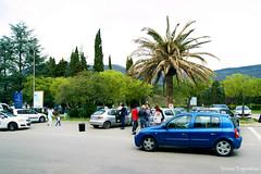 Автомобили возле Тиватского аэропорта
