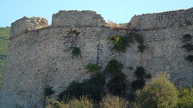 Κάστρο του Γρίβα (Τεκές), κανονιοβολισμός από Αγγλικό πλοίο