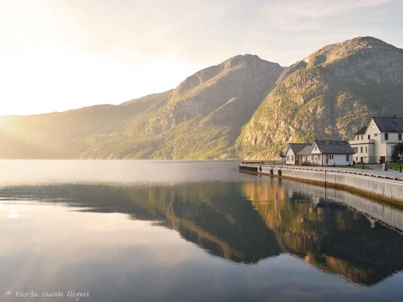Vista del Fiordo de Hardanger a su paso por la localidad de Eidfjord