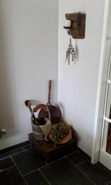 Snijplank houten tafel en emmer