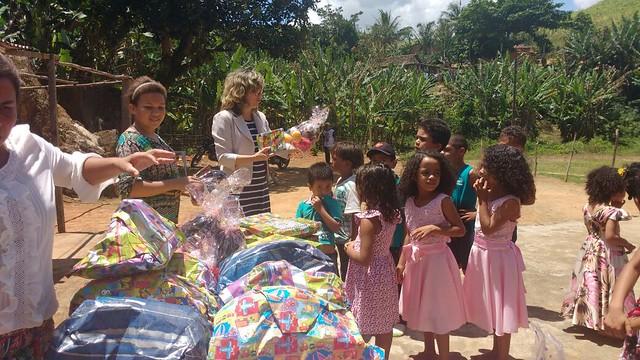 Escola e comunidade acenam para o Dia das Crianças