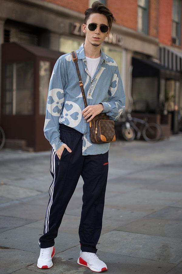 モスキーノグレイッシュブルー柄シャツ×白Tシャツ×黒adidasトラックパンツ×adidas NMD R2白赤