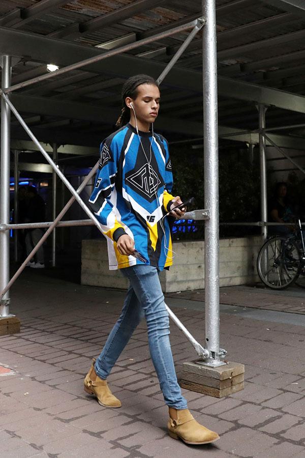 ブルー系マルチカラーカットソー×ジーンズ×ベージュスエードサイドゴアリングブーツ