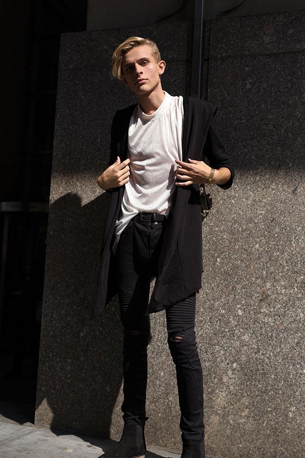 黒ロングカーディガン×白モックネックTシャツ×黒バイカーパンツ×黒サイドゴアブーツ