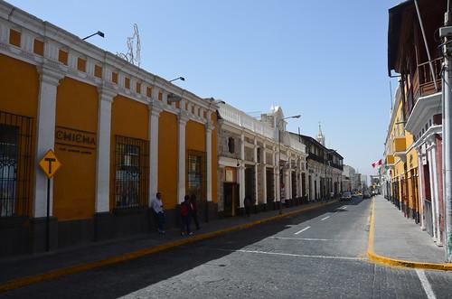 Die Strasse vor dem Kloster mit der Aussenmauer der Anlage.