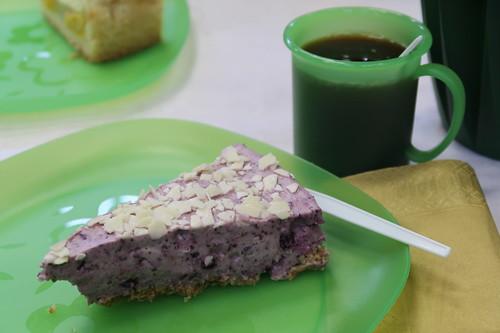 Blaubeer-Frischkäse-Torte mit weißer Schokolade