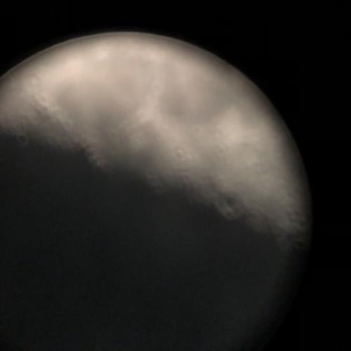 天体望遠鏡で見た月