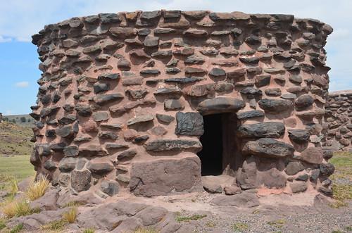 Kreisrundes Grab mit Eingang