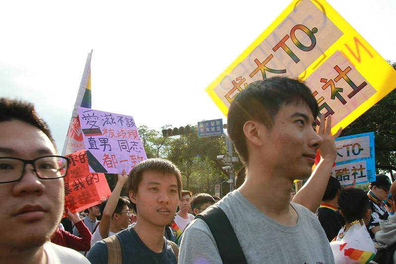 這兒聚集了各地到場聲援的學生團體,試著讓年輕的聲音擴展,透過口號與字板宣示一番。