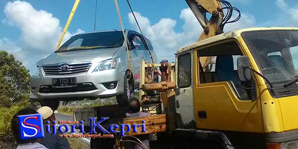 Mobil Toyota Kijang Inova, BP 1723 EJ yang ringsek diangkut sama crane untuk dibawa ke bengkel