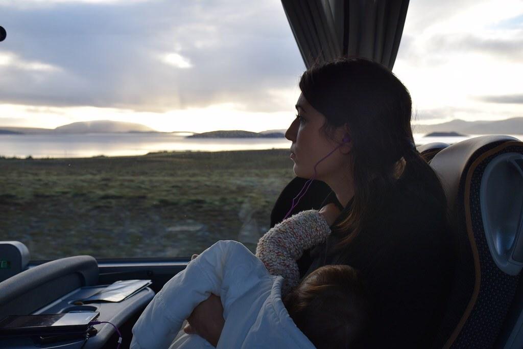 Visitando Islandia, amamantando a Eva embarazada de cuatro meses.