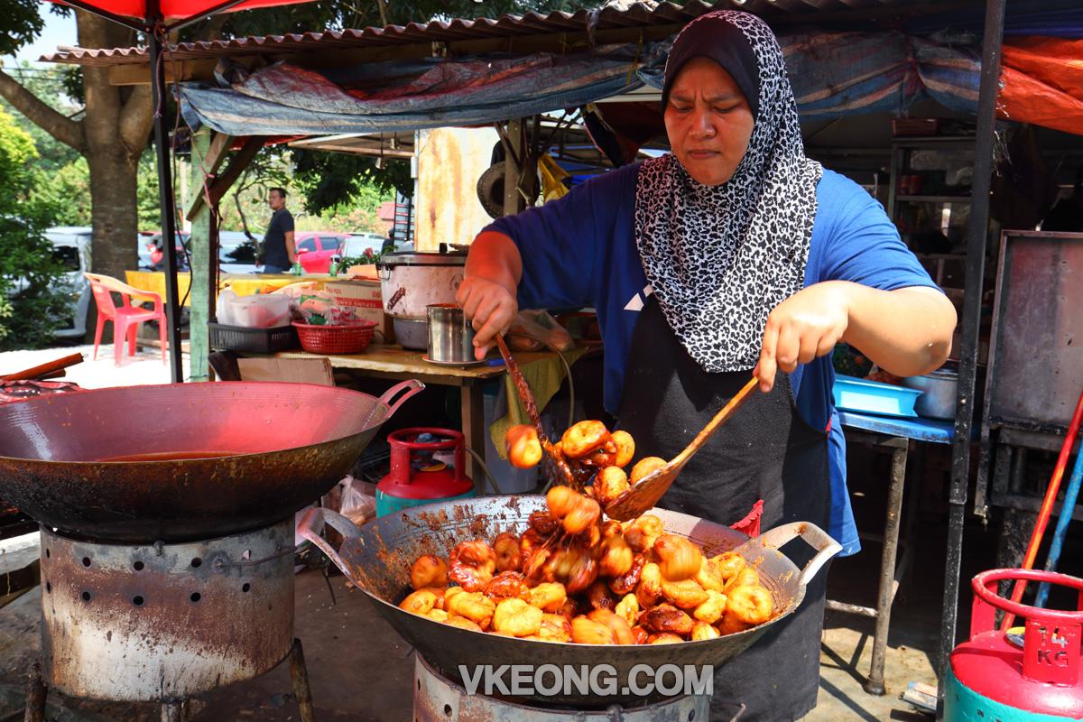 Frying-Kuih-Keria-Melaka