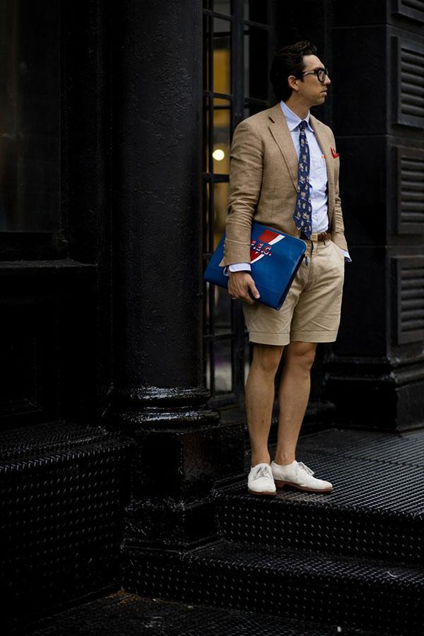 ベージュテーラードジャケット×ライトブルーシャツ×小紋柄紺ネクタイ×ベージュショートパンツ×白ダービーシューズ