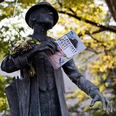 Zur Feier dieses wunderschönen Herbstsonntages legen wir einen Strauß Blumen und unser Programmheft in die Hände eines berühmten Münchners. Erkennt ihr, um wen es sich handelt, und wo die Statue zu finden ist? Tipp: wie viele Veranstaltungen des Literatur