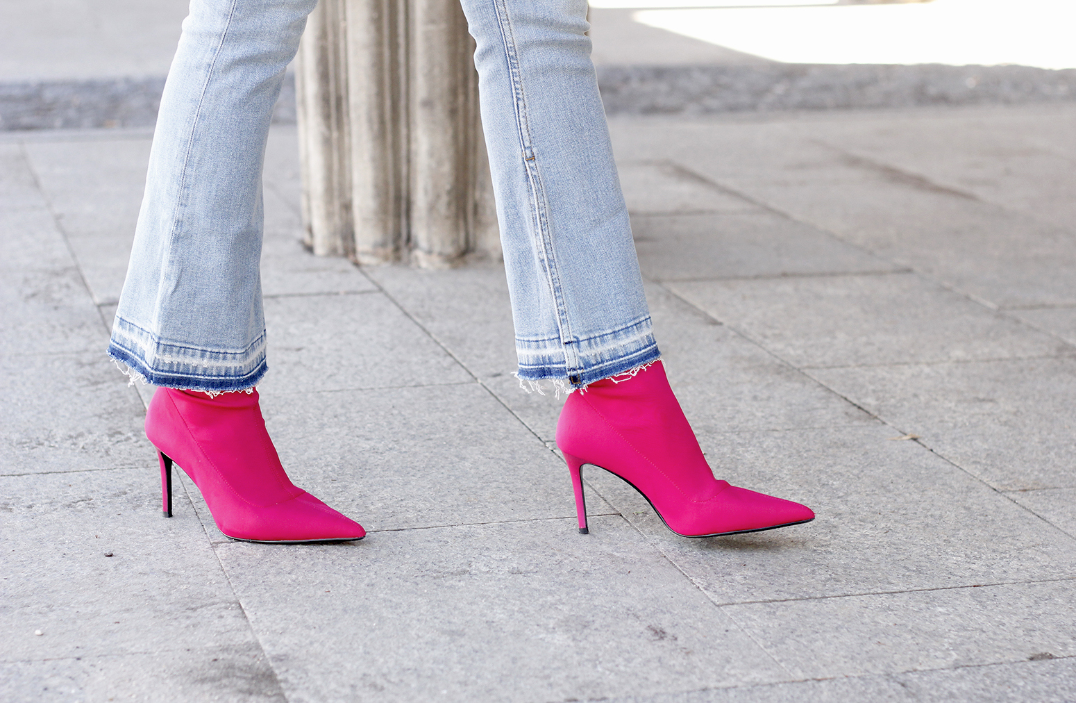 fucsia ankle boots flared jeans suede chaquet uterqüe white shirt outfit trend fashion15