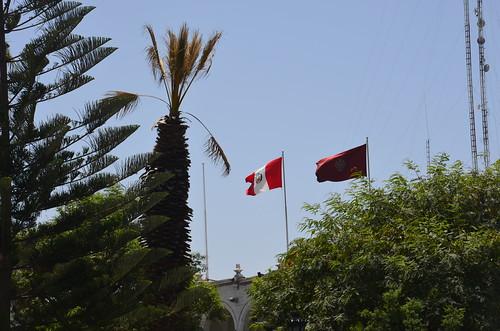 Fahne von Peru und Fahne von Arequipa im Hntergrund
