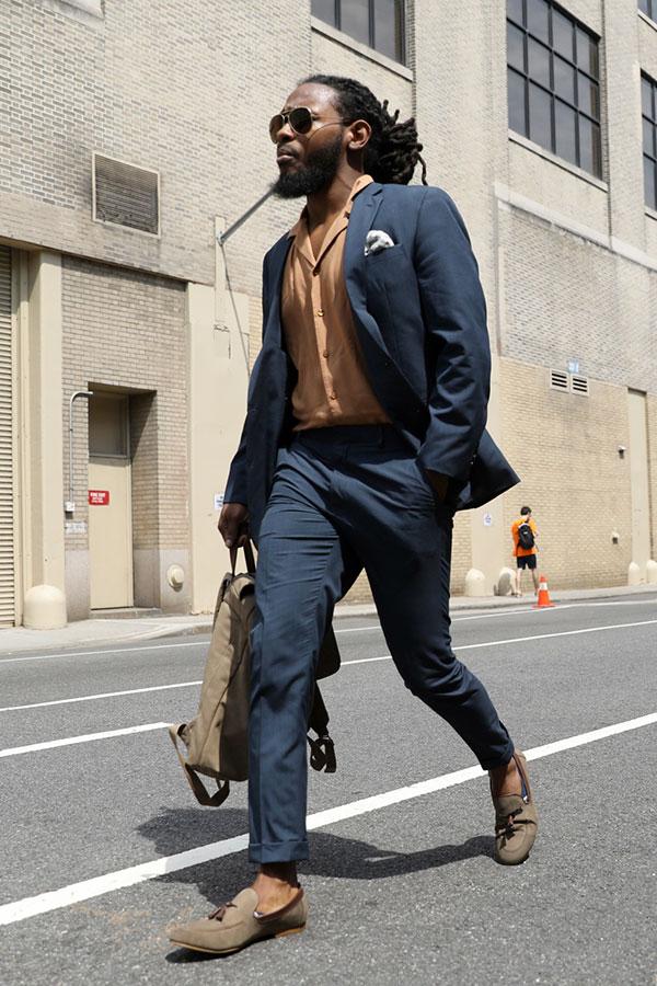 ネイビースーツ×ベージュシャツ×ライトブラウンタッセルローファー