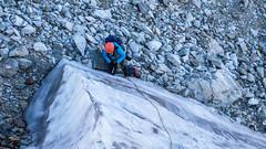 Zejście ze szczytu Marjanishvili 3555m jego północno-wsch. grania.Monika zakłada stanowisko ze śruby.