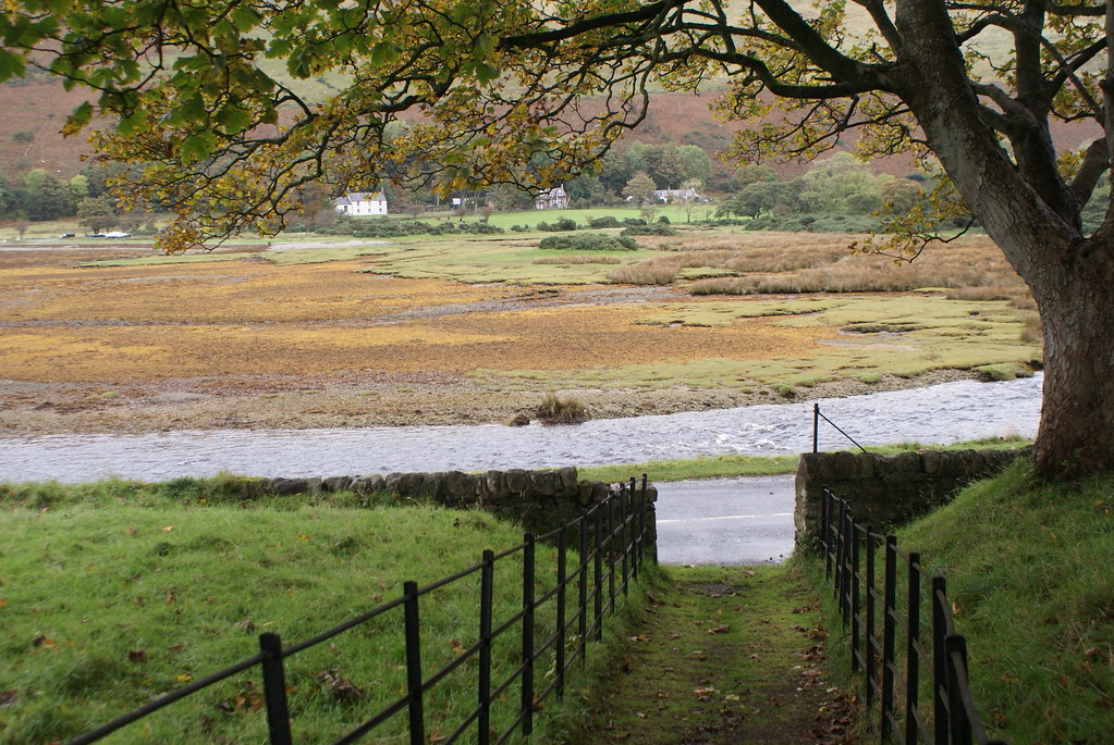 La vue depuis l'entrée de l'auberge de jeunesse de Loch Ranza sur l'île d'Arran.