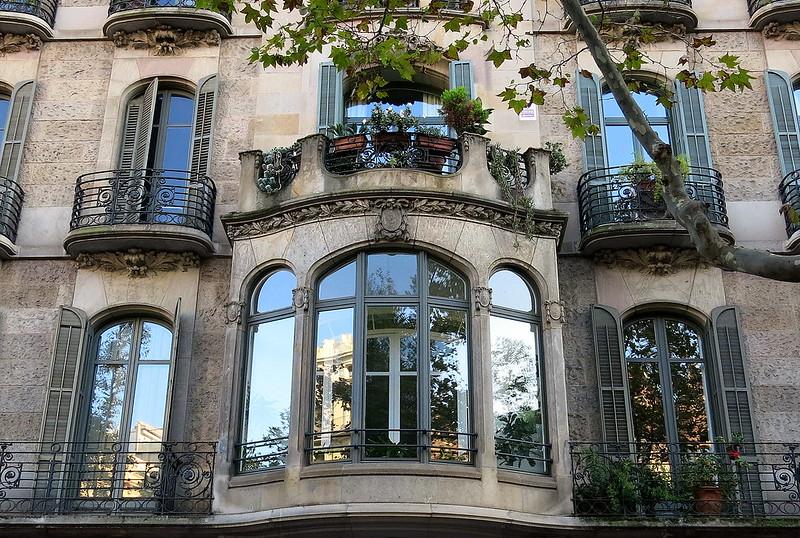 A balcony-crowned oriel, Barcelona
