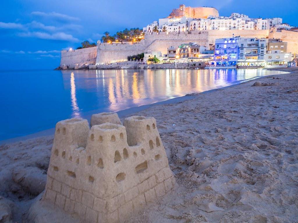 Castillos de arena y de piedra. #peñiscola #Peñíscola #sandcastle #castle #costadelazahar #travelphoto #olympusomd #photography #beach
