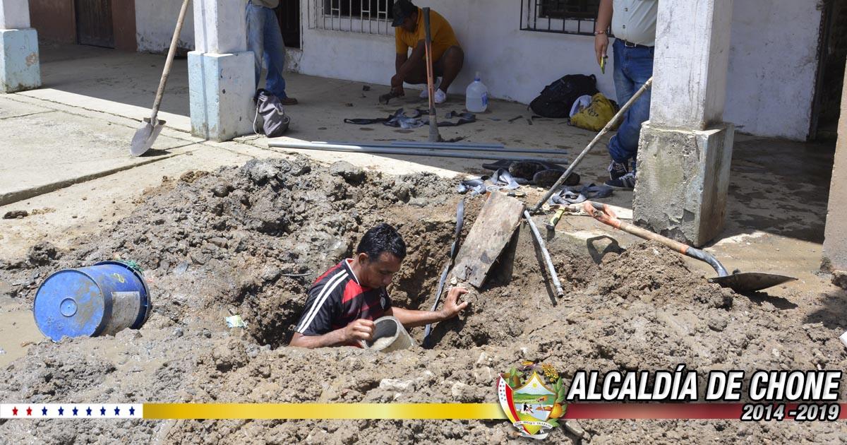 Aguas del Chuno repara fugas de agua potable y sanitaria en tres ciudadelas