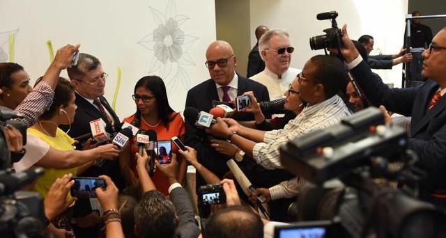 Delcy Rodríguez, presidenta da Assembleia Constituinte, Jorge Rodrigues, prefeito de Caracas, e diplomata Chaderton compõe mesa de diálogos  - Créditos: Governo da Venezuela