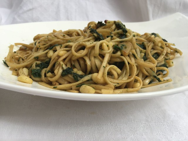 Noodle con espinacas y piñones