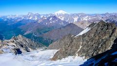 Widok z południowo-zach grani Tetnuldi na lodowiec Kasebi. W oddali Uszba i Elbrus.