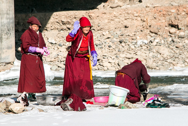 Nuns washing their clothes in the frozen river, Yarchen Gar アチェンガルゴンパ 凍った川で洗濯をする尼僧たち
