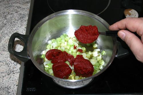 31 - Tomatenmark hinzufügen / Add tomato puree