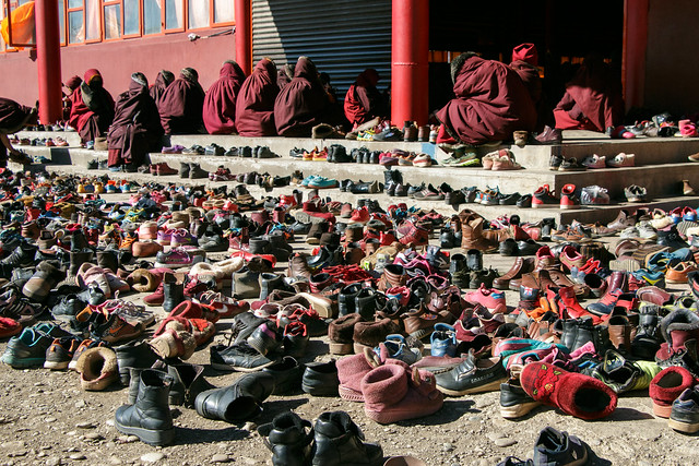Large amount of shoes taken off in front of the temple entrance, Yarchen Gar アチェンガルゴンパ お堂入口で脱がれた尼僧たちの大量の靴