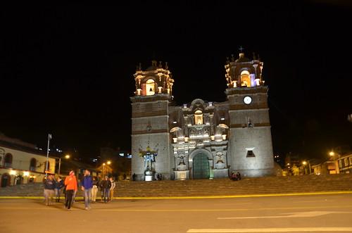 Vor der angestrahlten Kathedrale Punos