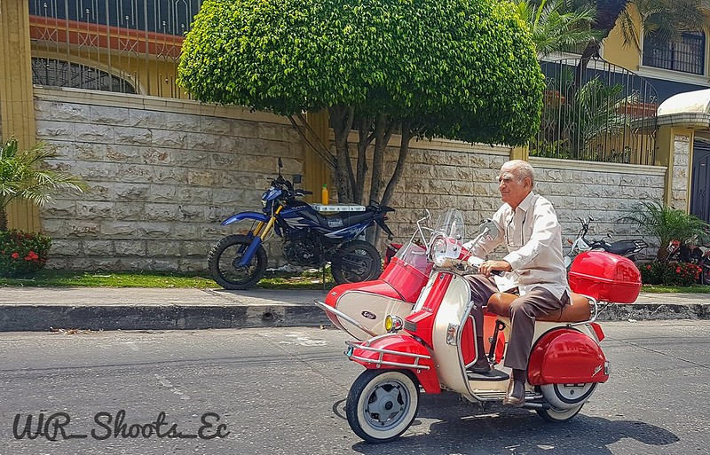 Senor en moto en Ceibos