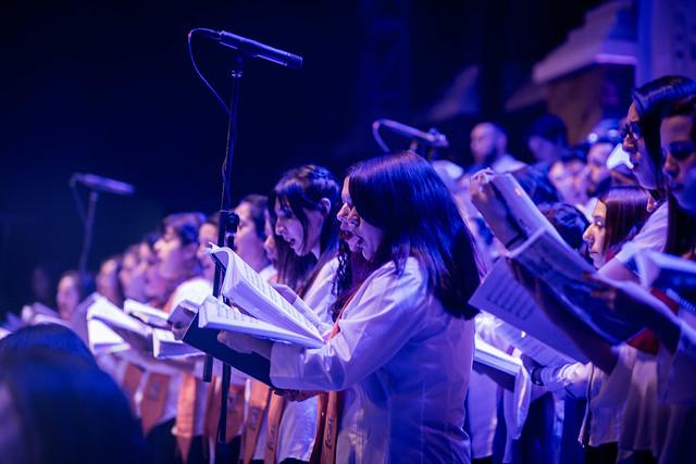 150 voces de seis coros revivieron los grandes éxitos de los 80 en V Concierto Sinfónico Coral