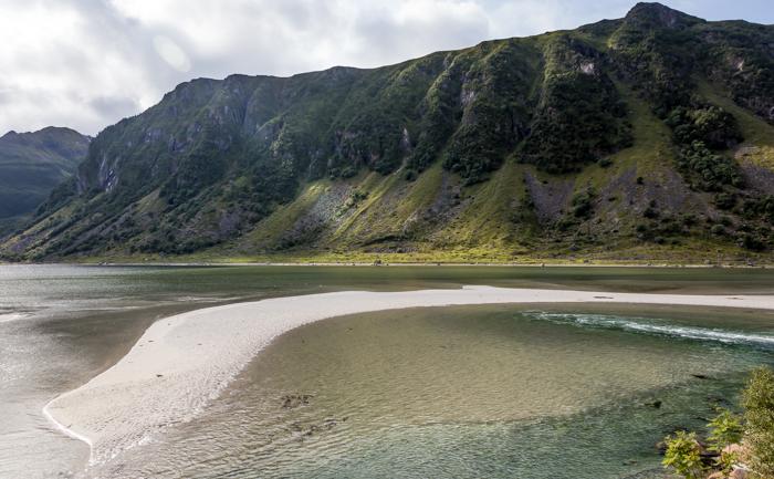 Norja Norway ranta valkoinen hiekka turkoosi meri laskuvesi hiekkasärkkä vuoret elokuu